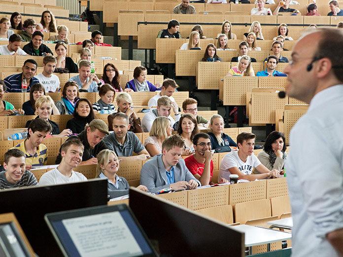 """Zapisać się na studia tylko dla legitymacji studenckiej i zniżek, czyli jak to robią """"plastikowi studenci"""""""